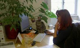 Elisabeth Mayer im Büro